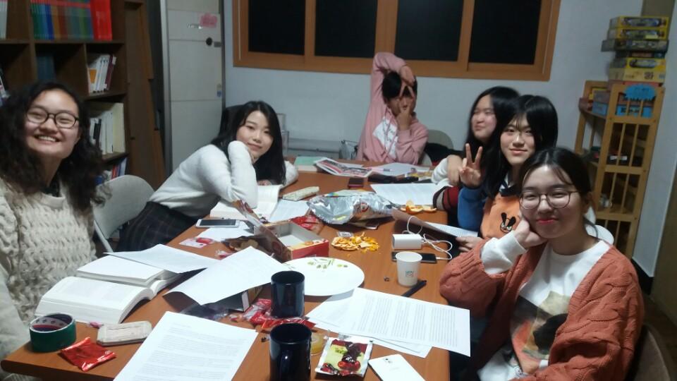청소년 페미니즘 모임에서 세미나를 진행하고 있다