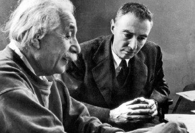 루즈벨트 대통령에게 핵폭탄 개발을 촉구하는 편지를 보냈던 아인슈타인과 <맨해튼 프로젝트>를 지휘한 '핵의 아버지' 오펜하이머.