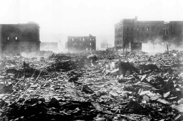 1945년 8월 6일 오전 8시 15분 히로시마 시 중심부 시마 외과 병원으로 최초의 핵폭탄 리틀 보이(Little Boy)가 투하되었다. 핵으로 인한 최초의 희생이었다.