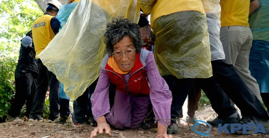 한국사진기자협회(KPPA) 선정 2013년 올해의 사진. 핵과 함께한 인간의 역사 속에서 밀양의 눈물이 계속되고 있다.